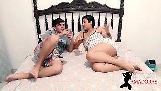 Prima safada ensina o pede ao novinho para tirar a virgindade do cu dela