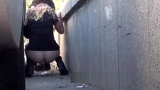 3 girls pissing nehind a van in public (secretly filmed)