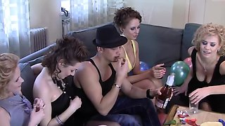 Lucky young bloke invited a couple of ladies for some sexual fun