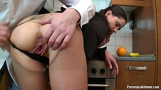 Sexy bodied brunette temtress knows how to give good head