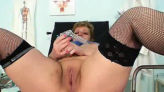 Fat amateur-mom Vilma mad piss hole opening