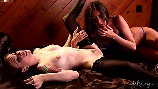 Captivating lesbian babe Anna De Ville enjoys eating pussy of sex-appeal GF