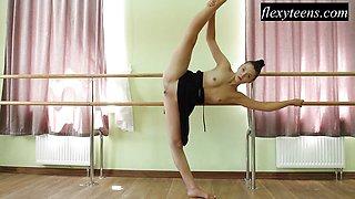 Hot girl Regina Blat performs pussy showing gymnastics